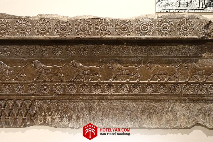 تصویر پلکان باقی مانده از کاخ ج تخت جمشید در شیراز