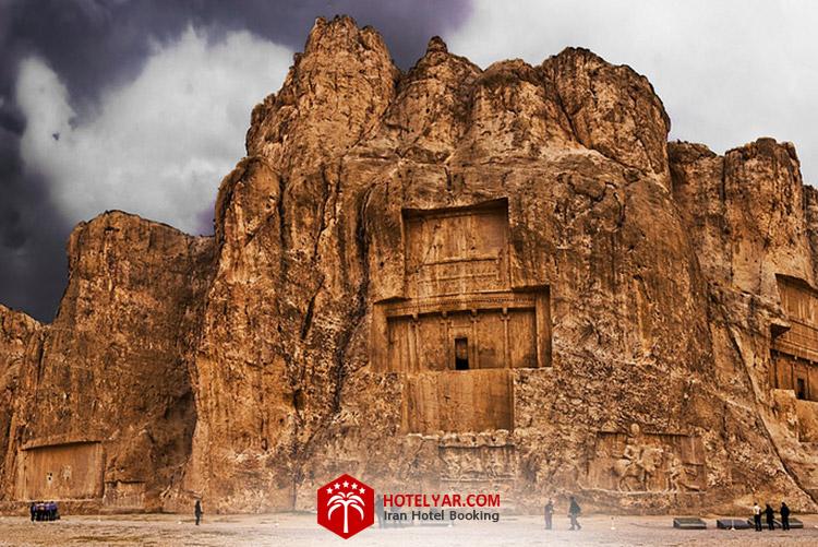 نقش رستم آرامگاه شاهان هخامنشی در نزدیکی تخت جمشید در شیراز