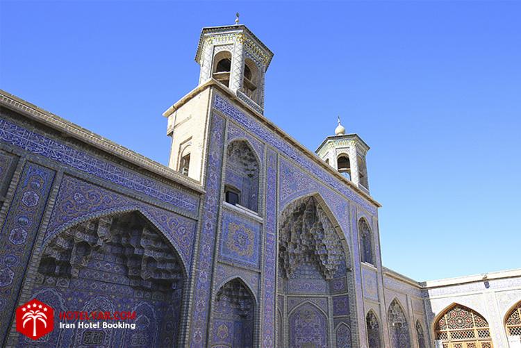 این قسمت از  مسجد نصیرالملک شیراز صرفا برای قرینه سازی با ایوان شمالی مسجد بوده است