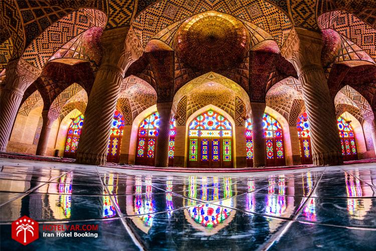 شبستان غربی مسجد نصیرالملک شیراز مکانی است آرامش بخش و سرشار از حس خوب