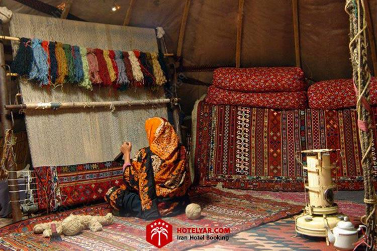 بانوان عشایری در حال قالی بافی