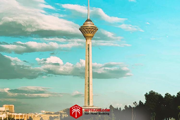 تصویر برج میلاد تهران در آسمان آبی