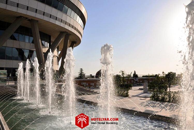 تصویر ساختمان پایینی برج میلاد و آبشار