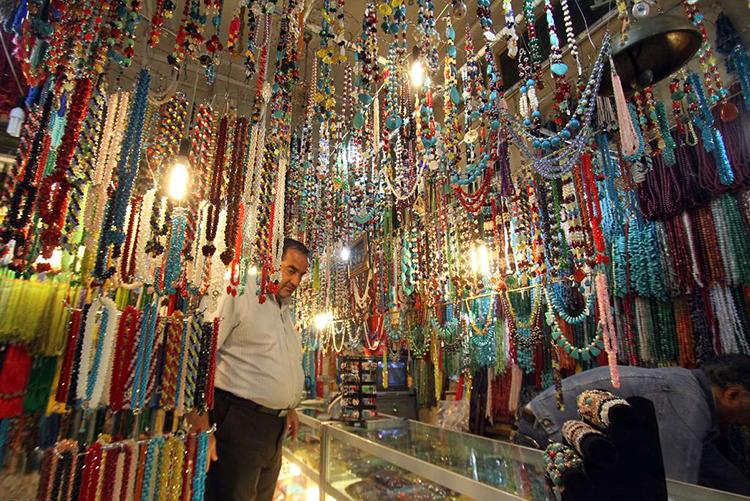 تصویر مغازه تسبیح فروشی در بازار رضا مشهد